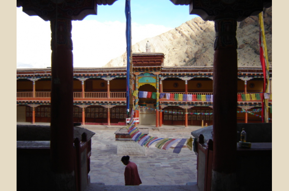 Take in the courtyard at Hemis monastery (photo by W. Elf)