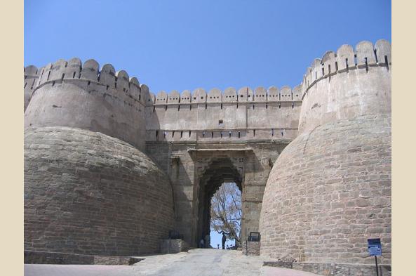 Visit Kumbalgarh's massive fortress (photo by Aryarakshak)